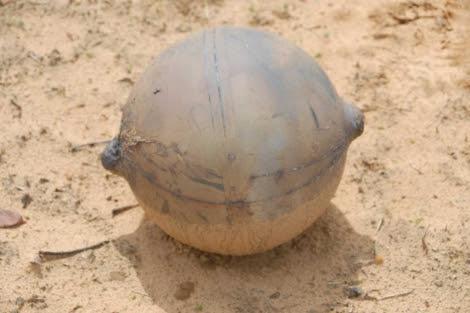 Bola metálica encontrada en el norte de Namibia. | AFP