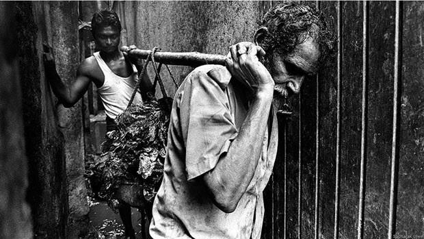 A remoção é um trabalho árduo e as ferramentas para isso são primitivas: as mãos são usadas para levantar o lixo e os ombros, para carregá-lo. Jadhav, que atua nessa função há vários anos, não gosta de falar sobre seu trabalho. Há cicatrizes em seus ombros, provocadas pelas varas de madeira. Questionado sobre dores, ele acena com a cabeça (Foto: Sudharak Olwe)