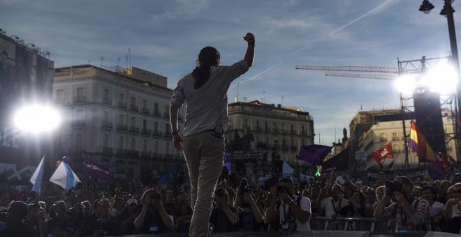 El líder de Podemos, Pablo Iglesias, interviene, en la Puerta del Sol de Madrid, en la concentración convocada en favor de las mociones de censura.EFE/Emilio Naranjo