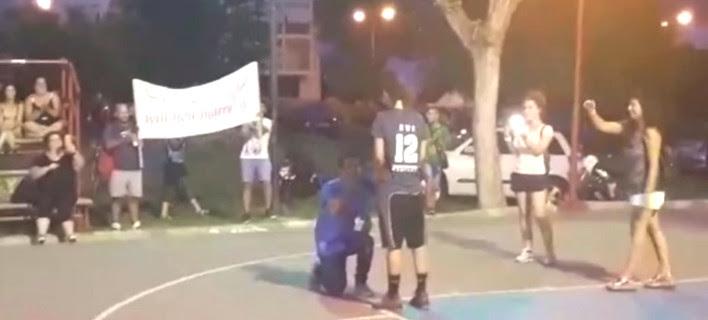 Βόλος: Πρόταση γάμου μέσα σε γήπεδο μπάσκετ την ώρα του αγώνα - Έμεινε άφωνη η αθλήτρια! (ΦΩΤΟ)