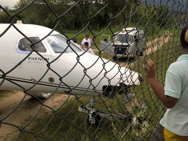 Avião saiu da pista e bateu em grade de proteção (Foto: Alan Freitas/Arquivo Pessoal)