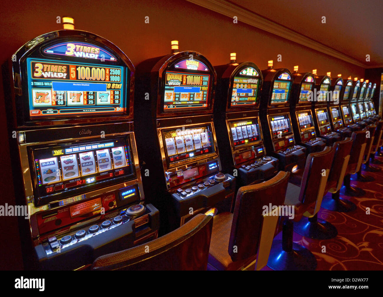 CHECK ON THE PROGRESSIVE MACHINES.While some slot machines have fixed jackpot prizes and all you have to do is match the symbols needed, it is always better to use progressive slot machines.In a progressive game, the jackpot prize upswings as players place coins into the machine and spin the wheels.