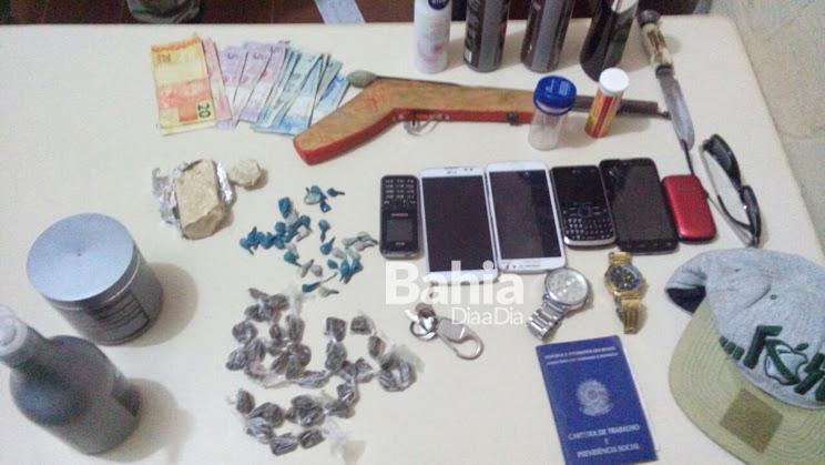 Polícia prende grupo acusado de atuar no tráfico de drogas em Guaratinga. (Foto: Divulgação/PM)