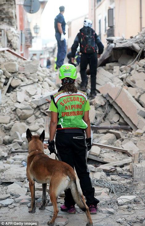 O devastador terremoto destruiu ruas e casas inteiras em Amatrice (foto), perto do epicentro do terremoto no centro da Itália