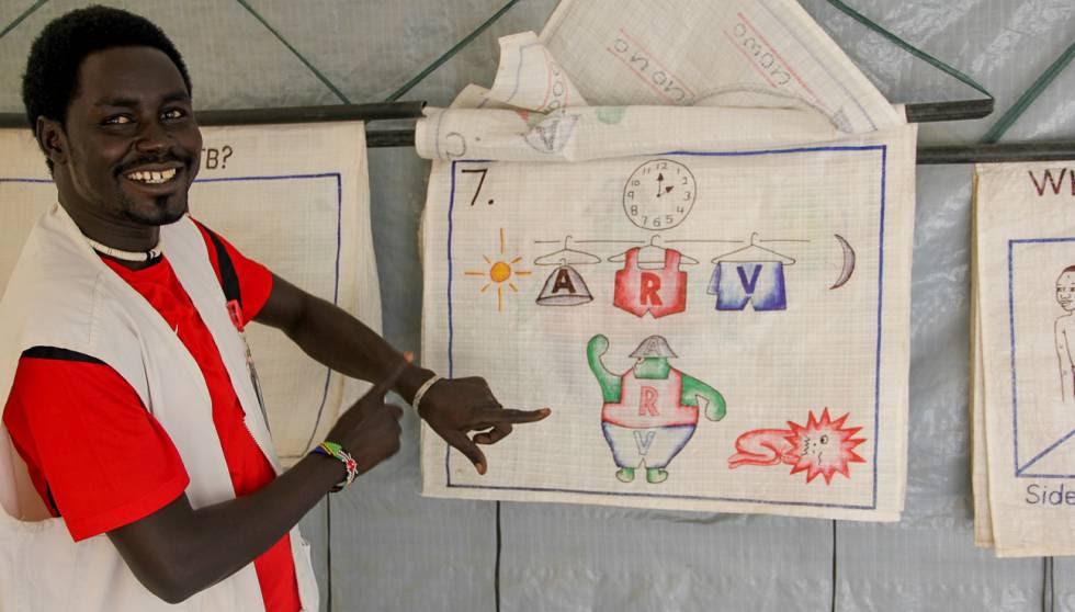 Jeremiah muestra dibujos para explicar los efectos del VIH a los pacientes.