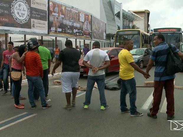 Vigilantes fecharam os dois sentidos da Avenida Castelo Branco, no bairro São Francisco, em São Luís (MA) (Foto: Reprodução/TV Mirante)