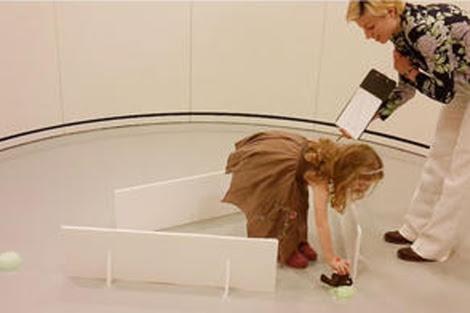 Una niña realizando uno de los experimentos. | Moira Dillon
