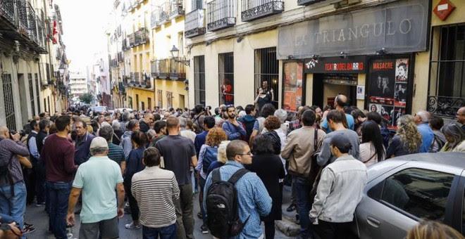 Decenas de personas asisten al acto a favor del referéndum soberanista en Catalunya organizado por la asociación 'Madrileños por el derecho a decidir' hoy en el Teatro del Barrio, en Madrid. EFE/Emilio Naranjo