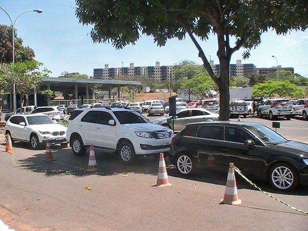 Carros apreendidos em operação da Polícia Civil do DF (Foto: Lucas Salomão/G1)