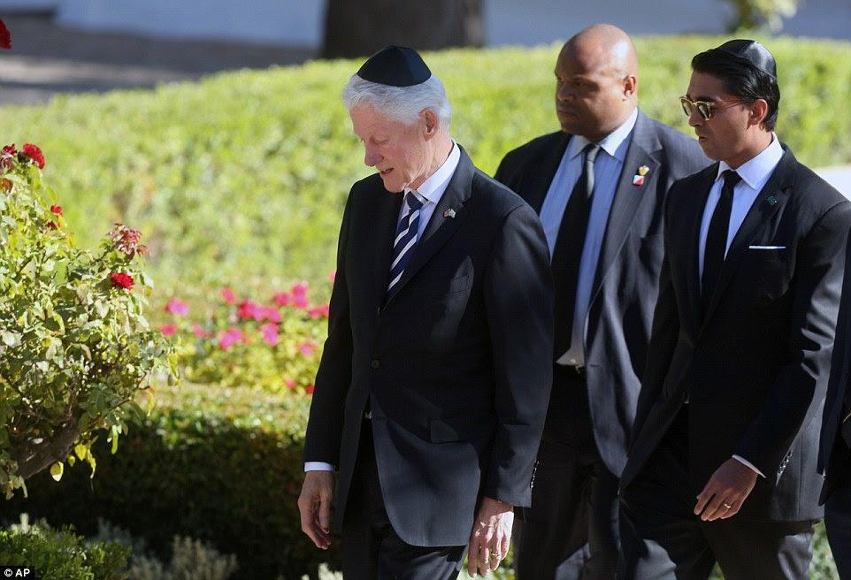 O ex-presidente dos EUA, Bill Clinton, deixou com sua comitiva de segurança, chega para o funeral do ex-presidente israelense e Prêmio Nobel da Paz