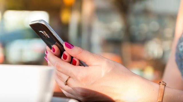 """Λιθουανία: «Πετάξτε τα κινητά σας - Καραδοκεί """"Μεγάλος Αδερφός""""... made in China»"""