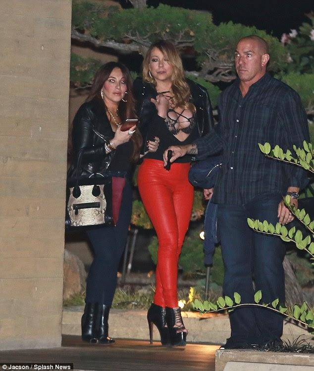 Desafiando a nu: Conjunto de Mariah também não passou despercebida já que o astro estava colocando em um monte de frente em um bralet-descobrindo clivagem