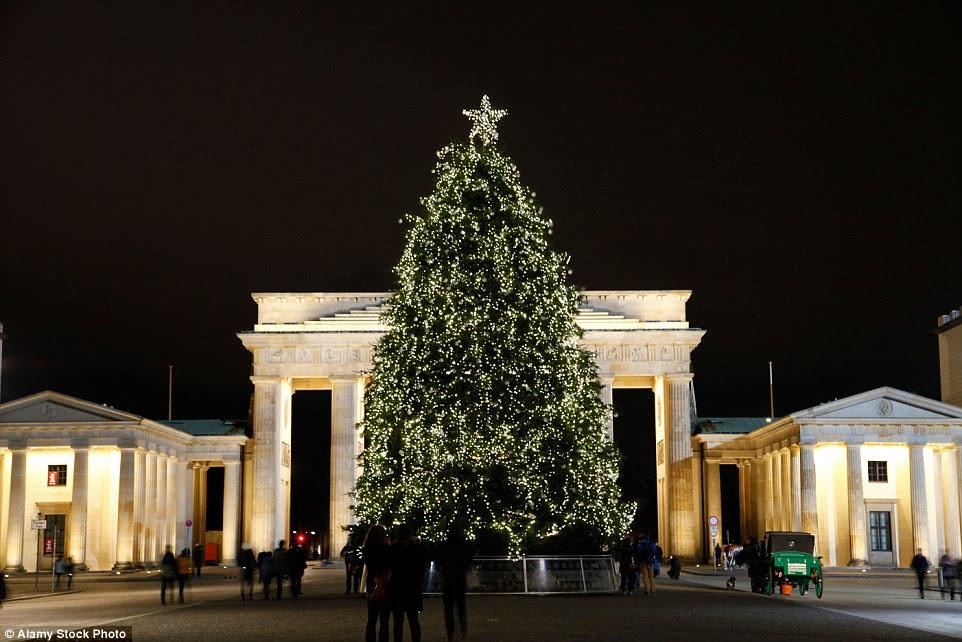 Berlim tem cerca de 50 mercados de Natal, incluindo um perto do Portão de Brandemburgo - onde deslumbrantes povoamentos festivas da capital