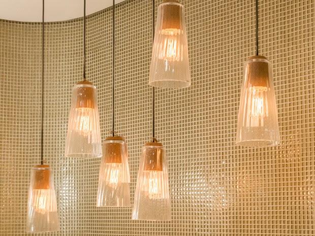 Luminárias luxuosas compõem a decoração do banheiro (Foto: Divulgação/Edelman Significa)