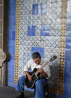 musique sous les arcades du Zocalo de Mexico.jpg