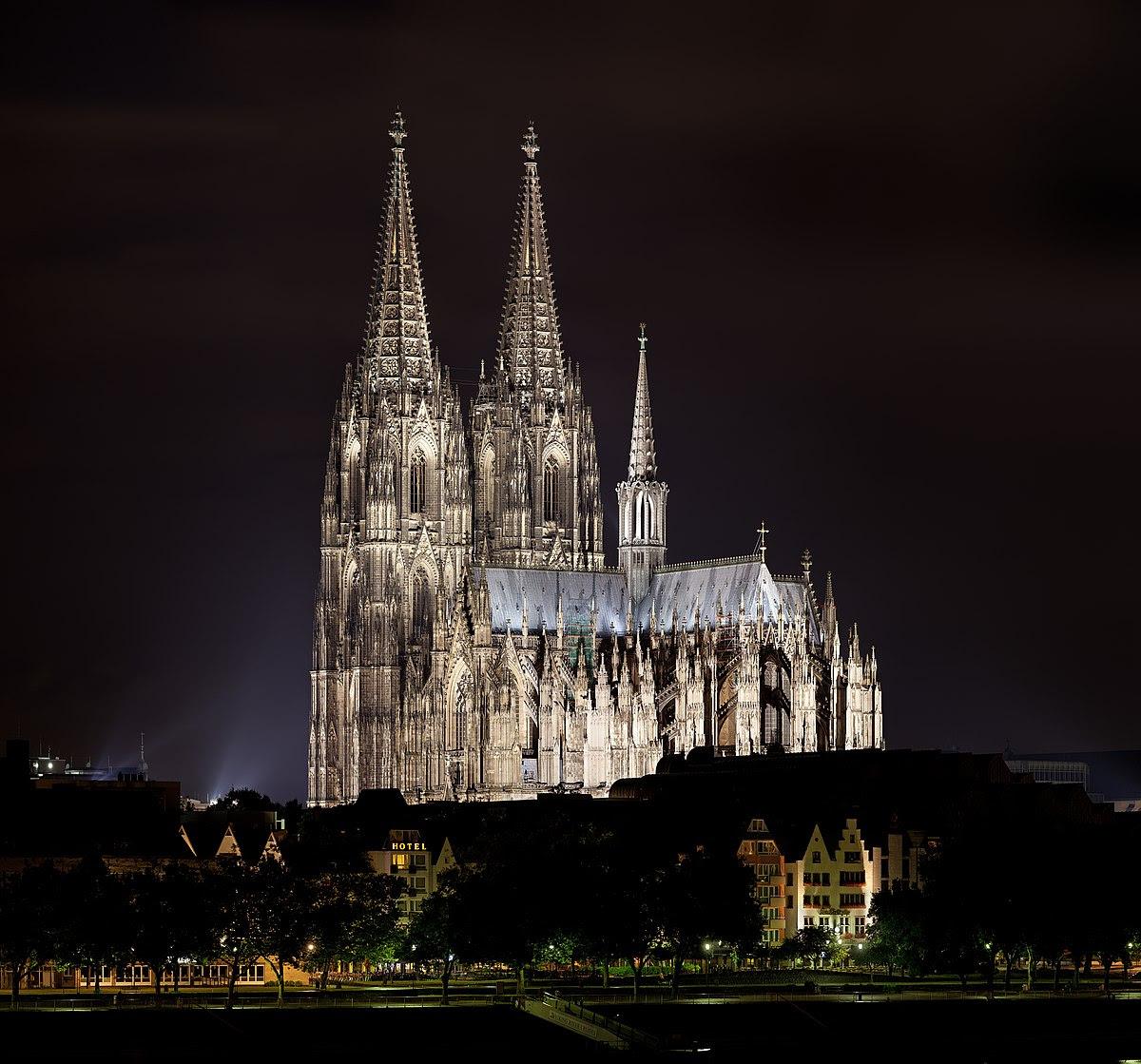 Kölner Dom nachts 2013.jpg