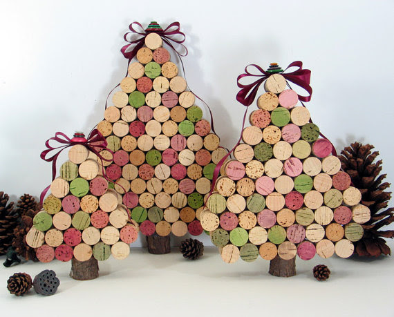 http://materialparamanualidades.files.wordpress.com/2012/10/arbol-de-navidad-de-corchos-reciclados.jpg