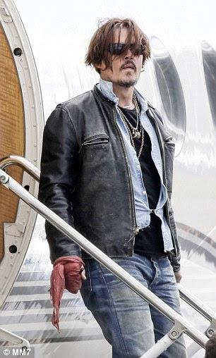 Johnny Depp é retratado chegar ao Aeroporto de Brisbane em 21 de abril de 2015