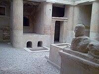 المذبح داخل الفناء الداخلي للمقبرة رقم 1.