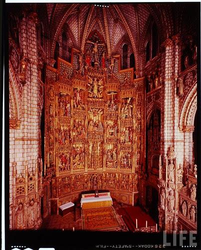 Interior de la Catedral de Toledo en 1963. Fotografía de Dmitri Kessel. Revista Life (19)