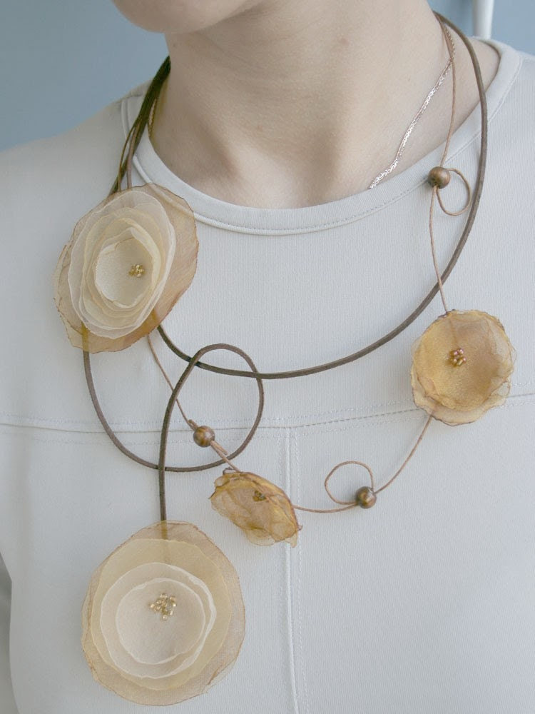 Necklace with small COWSLIPS and pease