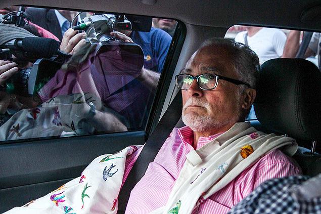O ex-presidente do PT, José Genoino, chega de carro para se entregar na sede da Polícia Federal em São Paulo