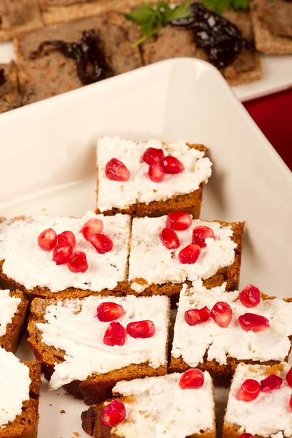 Pain d'epices with cream cheese and pomegranate seeds / Meeleib toorjuustu ja granaatõunaseemnetega