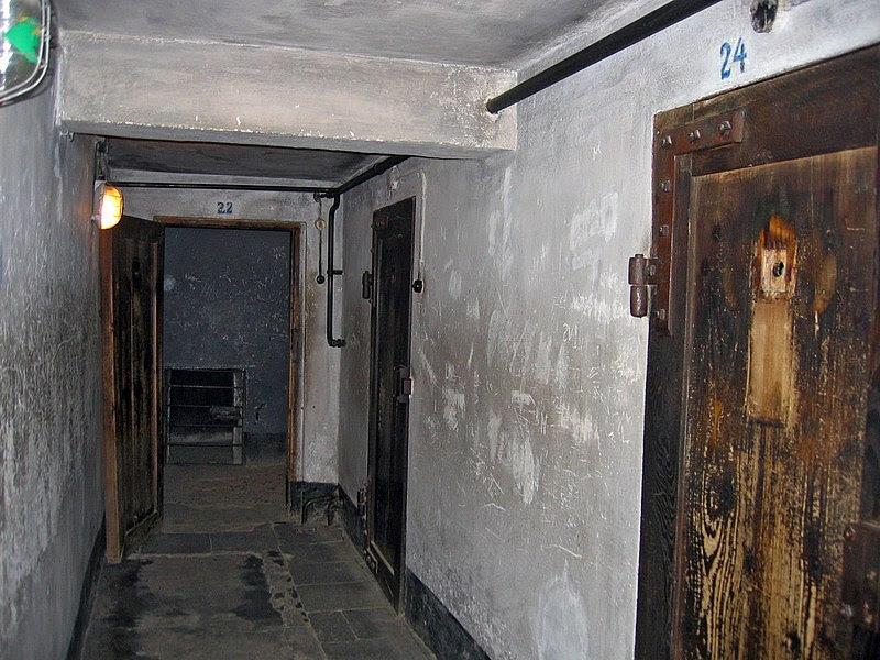 File:Auschwitz I Block 11.jpg