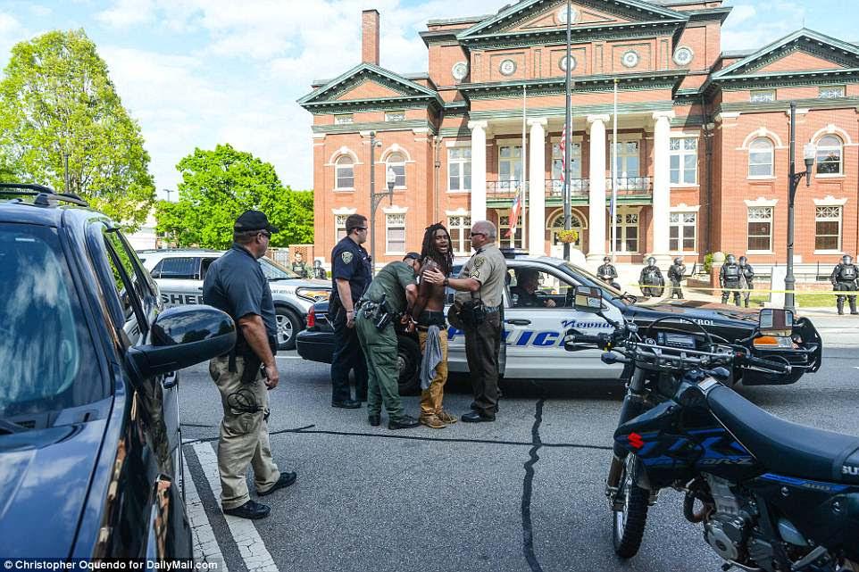 Un individuo masculino exclama mientras la policía lo toma bajo custodia.  Al menos 10 manifestantes y antifa fueron arrestados durante el mitin