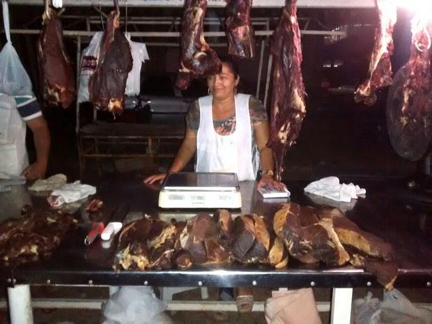 Feirante reclama do preço que compra carne em Petrolina (Foto: Amanda Franco/G1)