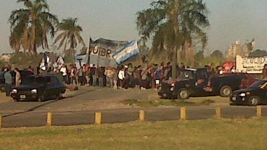 TENSION. Militantes de la agrupación Quebracho se sumaron al reclamo de los vecinos de Soldati. (Pedro Paulín)