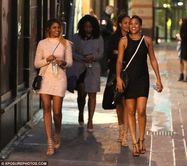 Deixado para trás?  Algumas das mulheres que compartilharam o carro de volta para o hotel de Bolt estavam em alto astral depois de aparentemente deixando dois outros no lobby para esperar com o sprint estrela