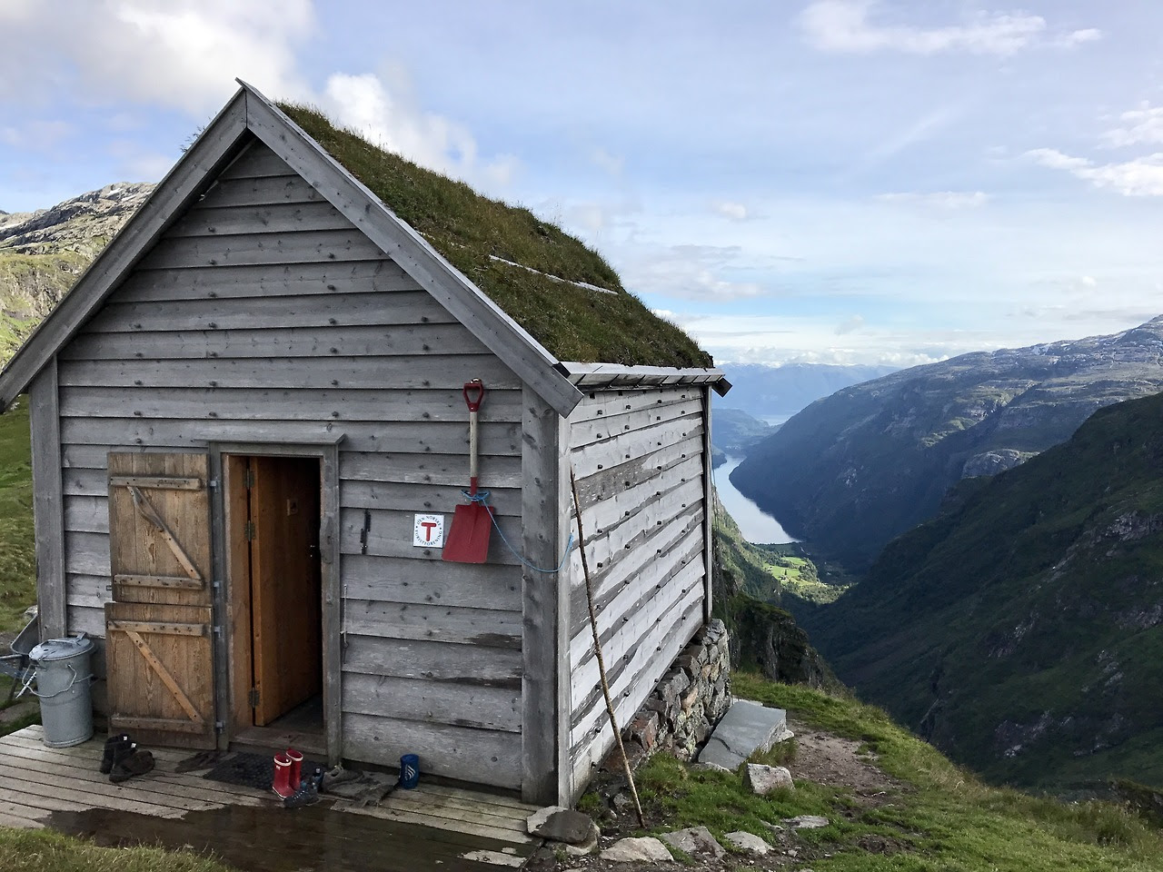 "DNT cabin in Norway Submitted by Alex Masse ""english.dnt.no The local member associations operate 500 cabins across the country, mark routes and ski tracks. Together they maintain a network of about 20,000 km of marked foot trails and about 7000 km..."