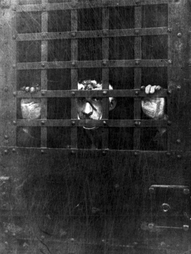 http://upload.wikimedia.org/wikipedia/commons/c/c1/First_photograph_of_Leon_F._Czolgosz%2C_the_assassin_of_President_William_McKinley%2C_in_jail.jpg