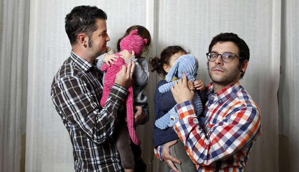 Una pareja con sus dos hijas, nacidas por subrogación en Estados Unidos.