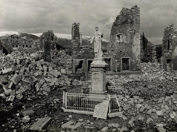 La statua intatta della beata Giovanna Maria Bonomo tra le macerie di Asiago