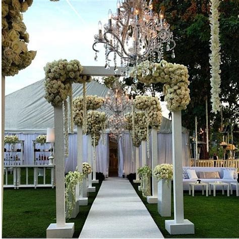 KIM KARDASHIAN WALL OF ROSES   WEDDING DECOR IDEAS