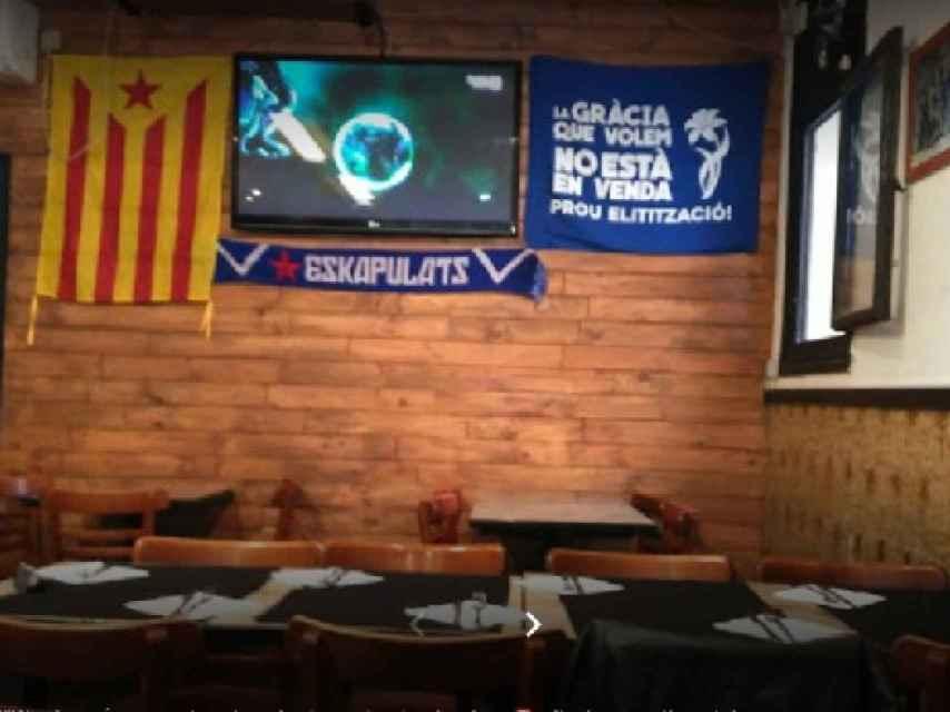 El interior de La Barraqueta, con una estelada y una pancarta reivindicativa del barrio de Gràcia