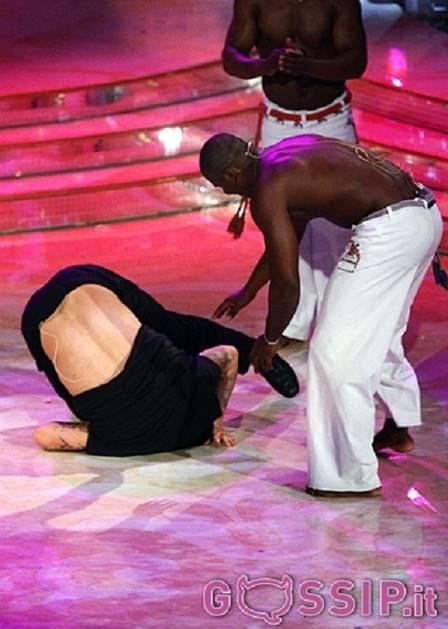 Christian Vieri, ex-atacante da seleção italiana, joga caopeira e cai tombo na 'Dança dos Famosos' da Itália
