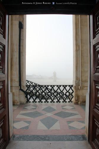 Via Latina da Universidade de Coimbra dentro de um intenso nevoeiro matinal. Via Latina at the University of Coimbra in a heavy morning fog
