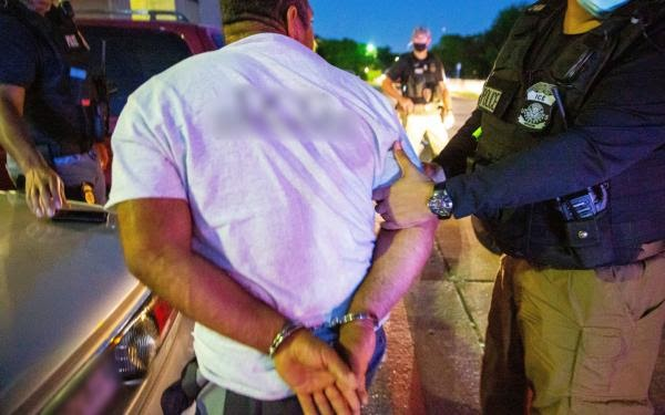 ICE The United States has arrested 122 illegal immigrants in the Removable Aliens crime scene - cover