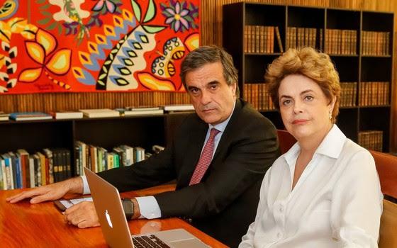 O ex-ministro José Eduardo Cardozo e a presidente afastada Dilma Rousseff respondem a perguntas de seguidores em rede social (Foto: Reprodução)