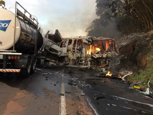 Acidente em Cafezal do Sul, no noroeste do Paraná, matou ao menos vinte pessoas (Foto: Divulgação/PRE)