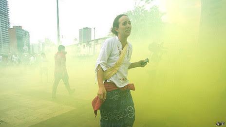 Manifestante foge de gás em São Paulo | Foto: AFP