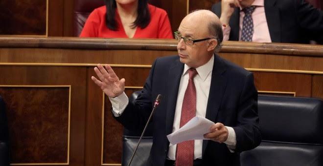 El ministro de Hacienda, Cristóbal Montoro, interviene en la sesión de control al Ejecutivo celebrada este miércoles en el Congreso. EFE/Ballesteros