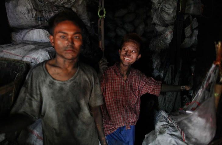 Τα αγόρια εργάζονται σε κατάστημα πώλησης άνθρακα στο Μιανμάρ.