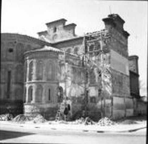 Derribo de las viviendas adosadas a la Iglesia de Santiago del Arrabal a mediados del siglo XX. Foto Rodríguez