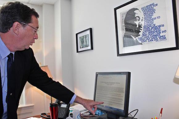 Jim Wilker, en entrevista ofrecida a la prensa cubana, en Washington,  muestra un documento de 1973 del Consejo de Iglesias de EEUU, donde reclamaba que si su país había normalizado relaciones con la Unión Soviética, cómo no iban a tener relaciones con Cuba. 27 de mayo de 2015. Foto: Jorge LEGAÑOA ALONSO/AIN