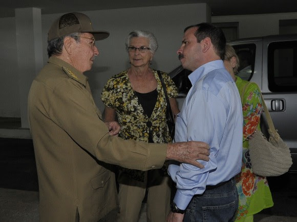 El Héroe de la República de Cuba Fernando González con el General de Ejército Raúl Castro Ruz. Detras su madre Magali Llort. Foto: Estudios Revolución