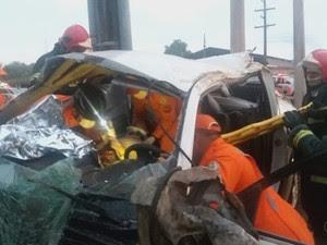 Jovens ficaram presas às ferragens em acidente na AP-010 (Foto: Reprodução/Rede Amazônica no Amapá)